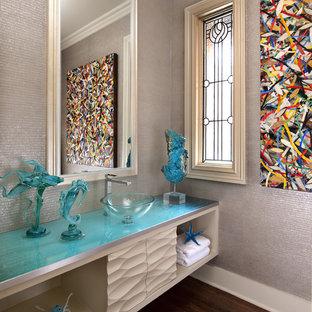 Inspiration för mellanstora moderna turkost toaletter, med ett fristående handfat, öppna hyllor, vita skåp, bänkskiva i glas, grå väggar och mörkt trägolv