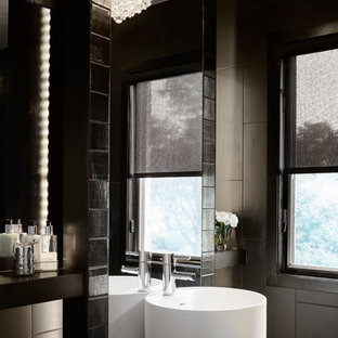 Kleine Moderne Gästetoilette mit schwarzer Wandfarbe, Sockelwaschbecken, schwarzen Schränken und schwarzen Fliesen in Chicago