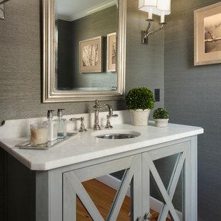 Klassische Gästetoilette mit Kalkstein-Waschbecken/Waschtisch in Boston
