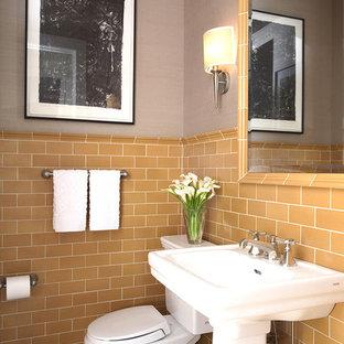 Diseño de aseo de estilo americano con lavabo con pedestal, baldosas y/o azulejos naranja, baldosas y/o azulejos de cemento, paredes grises, suelo de baldosas de cerámica y sanitario de dos piezas