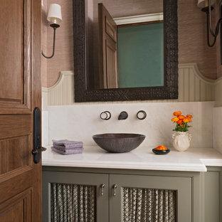Klassische Gästetoilette mit verzierten Schränken, grauen Schränken, brauner Wandfarbe, Aufsatzwaschbecken und weißer Waschtischplatte in Los Angeles