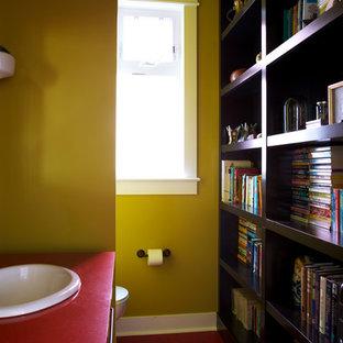 Idéer för mellanstora vintage rött toaletter, med gula väggar, ett nedsänkt handfat och laminatbänkskiva