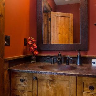 Стильный дизайн: маленький туалет в стиле рустика с монолитной раковиной, фасадами в стиле шейкер, столешницей из меди и красными стенами - последний тренд