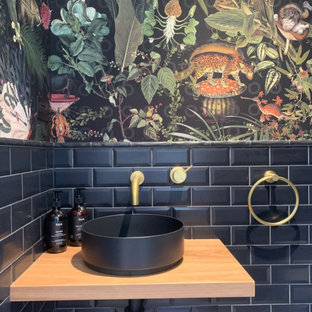 Свежая идея для дизайна: маленький туалет в стиле модернизм с черной плиткой, столешницей из дерева, подвесной тумбой, обоями на стенах, светлыми деревянными фасадами, инсталляцией, плиткой кабанчик, полом из керамической плитки, раковиной с пьедесталом и серым полом - отличное фото интерьера