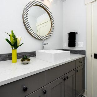 Свежая идея для дизайна: туалет среднего размера в современном стиле с фасадами в стиле шейкер, серыми фасадами, серой плиткой, удлиненной плиткой, белыми стенами, полом из мозаичной плитки, настольной раковиной, мраморной столешницей, разноцветным полом и белой столешницей - отличное фото интерьера
