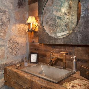 Inspiration för rustika brunt toaletter, med träbänkskiva och ett nedsänkt handfat