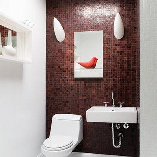 Imagen de aseo contemporáneo con lavabo suspendido y baldosas y/o azulejos rojos