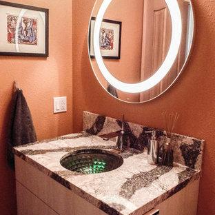 Idee per un piccolo bagno di servizio moderno con ante lisce, ante beige, bidè, piastrelle bianche, piastrelle in ceramica, pareti arancioni, pavimento in gres porcellanato, lavabo sottopiano, top in quarzo composito, pavimento marrone e top multicolore