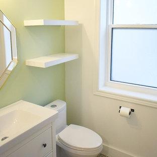 Новый формат декора квартиры: маленький туалет в стиле современная классика с плоскими фасадами, белыми фасадами, унитазом-моноблоком, зелеными стенами, полом из линолеума, серым полом, белой столешницей, монолитной раковиной и столешницей из искусственного кварца