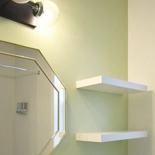 Imagen de aseo tradicional renovado, pequeño, con armarios con paneles lisos, puertas de armario blancas, sanitario de una pieza, paredes verdes, suelo de linóleo, suelo gris, encimeras blancas, lavabo integrado y encimera de cuarzo compacto