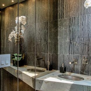 Kleine Moderne Gästetoilette mit Wandtoilette, grauen Fliesen, Porzellanfliesen, grauer Wandfarbe, Porzellan-Bodenfliesen, Unterbauwaschbecken, Marmor-Waschbecken/Waschtisch und grauem Boden in Los Angeles