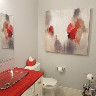 Exempel på ett litet klassiskt röd rött toalett, med luckor med infälld panel, vita skåp, en toalettstol med hel cisternkåpa, grå väggar, klinkergolv i keramik, ett fristående handfat, bänkskiva i kvartsit och grått golv