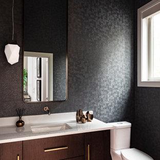 Пример оригинального дизайна: туалет в современном стиле с плоскими фасадами, фасадами цвета дерева среднего тона, раздельным унитазом, серыми стенами, паркетным полом среднего тона, врезной раковиной, столешницей из искусственного кварца, коричневым полом, разноцветной столешницей, подвесной тумбой и обоями на стенах