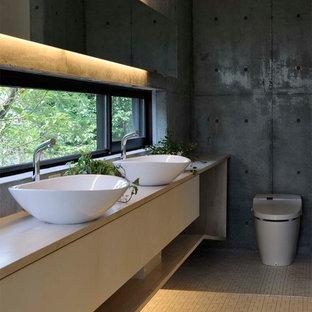 京都のコンテンポラリースタイルのおしゃれなトイレ・洗面所 (グレーの壁、ベッセル式洗面器、ベージュの床) の写真