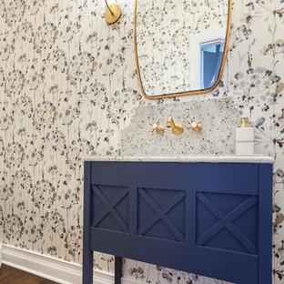 Kleine Stilmix Gästetoilette mit verzierten Schränken, blauen Schränken, braunem Holzboden, Unterbauwaschbecken, Quarzit-Waschtisch, braunem Boden und bunter Waschtischplatte in Chicago