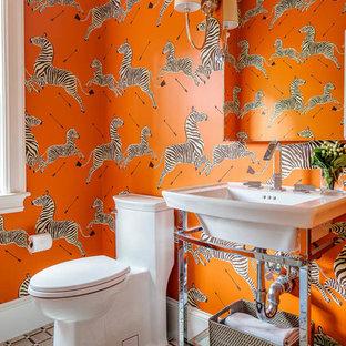 Idee per un bagno di servizio chic con WC monopezzo, pareti multicolore, lavabo a consolle e pavimento multicolore