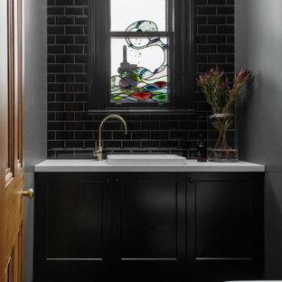 Klassische Gästetoilette mit Schrankfronten im Shaker-Stil, schwarzen Schränken, Einbauwaschbecken, grünem Boden und eingebautem Waschtisch in Hobart