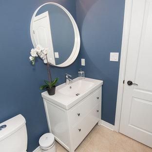Свежая идея для дизайна: туалет среднего размера в современном стиле с фасадами в стиле шейкер, белыми фасадами, раздельным унитазом, синими стенами, полом из керамогранита, монолитной раковиной и бежевым полом - отличное фото интерьера