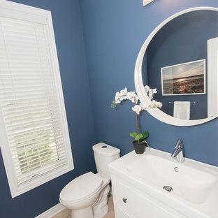 Esempio di un bagno di servizio contemporaneo di medie dimensioni con ante in stile shaker, ante bianche, WC a due pezzi, pareti blu, pavimento in gres porcellanato, lavabo integrato e pavimento beige