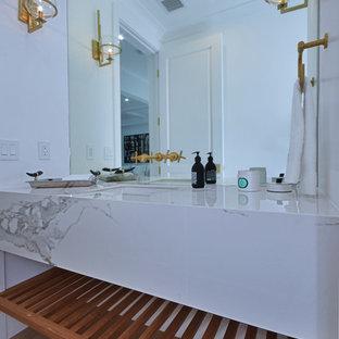 Inspiration pour un très grand WC et toilettes rustique.
