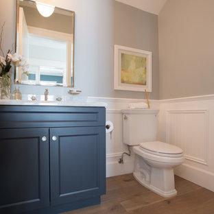 Источник вдохновения для домашнего уюта: туалет среднего размера в классическом стиле с врезной раковиной, фасадами с утопленной филенкой, черными фасадами, мраморной столешницей, раздельным унитазом, серыми стенами и светлым паркетным полом