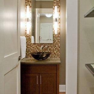 Неиссякаемый источник вдохновения для домашнего уюта: туалет среднего размера в современном стиле с настольной раковиной, фасадами в стиле шейкер, темными деревянными фасадами, коричневой плиткой, плиткой мозаикой, коричневыми стенами, паркетным полом среднего тона, коричневым полом и серой столешницей