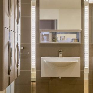 Свежая идея для дизайна: маленький туалет в стиле модернизм с подвесной раковиной, керамической плиткой, серыми стенами, полом из известняка и коричневой плиткой - отличное фото интерьера