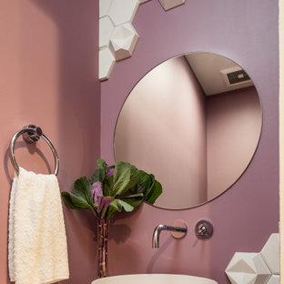 На фото: класса люкс маленькие туалеты в современном стиле с унитазом-моноблоком, белой плиткой, цементной плиткой, фиолетовыми стенами, полом из керамогранита, настольной раковиной, столешницей из искусственного кварца, серым полом и белой столешницей