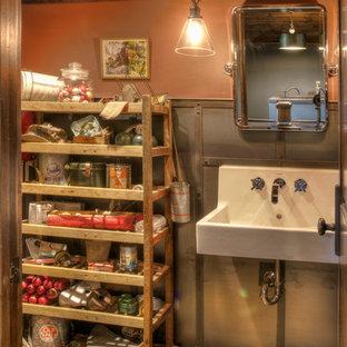 ミネアポリスの中サイズのラスティックスタイルのおしゃれなトイレ・洗面所 (グレーのタイル、メタルタイル、マルチカラーの壁、無垢フローリング、壁付け型シンク、ベージュの床) の写真
