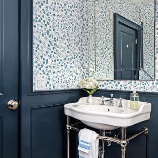 ニューヨークのトランジショナルスタイルのおしゃれなトイレ・洗面所 (青い壁、モザイクタイル、壁紙、羽目板の壁、コンソール型シンク、白い床) の写真