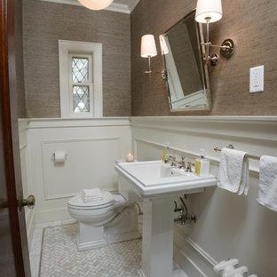 Свежая идея для дизайна: туалет среднего размера в стиле современная классика с раковиной с пьедесталом, раздельным унитазом, бежевыми стенами и мраморным полом - отличное фото интерьера