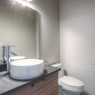 Свежая идея для дизайна: маленький туалет в современном стиле с плоскими фасадами, фасадами цвета дерева среднего тона, раздельным унитазом, белой плиткой, керамической плиткой, серыми стенами, настольной раковиной и столешницей из бетона - отличное фото интерьера