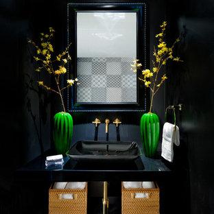 マイアミの小さいエクレクティックスタイルのおしゃれなトイレ・洗面所 (オープンシェルフ、黒いキャビネット、分離型トイレ、モノトーンのタイル、大理石タイル、黒い壁、セラミックタイルの床、ペデスタルシンク、ラミネートカウンター、マルチカラーの床) の写真