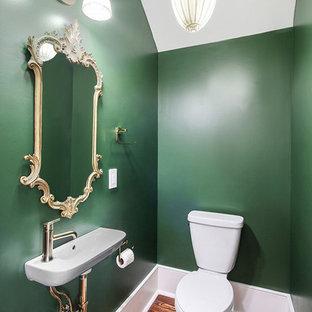 Неиссякаемый источник вдохновения для домашнего уюта: маленький туалет в классическом стиле с зелеными стенами, паркетным полом среднего тона, подвесной раковиной, коричневым полом и раздельным унитазом