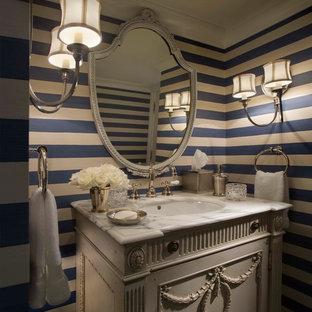 Idee per un bagno di servizio stile shabby di medie dimensioni con consolle stile comò, ante beige, pareti multicolore, lavabo sottopiano e top in marmo