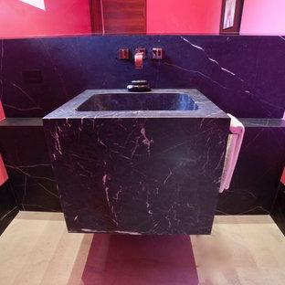 Неиссякаемый источник вдохновения для домашнего уюта: маленький туалет в стиле фьюжн с розовыми стенами, монолитной раковиной, мраморной столешницей, бежевым полом и черной столешницей