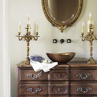 Стильный дизайн: туалет в классическом стиле с настольной раковиной, фасадами островного типа, темными деревянными фасадами, столешницей из дерева, серыми стенами и темным паркетным полом - последний тренд