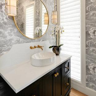 Стильный дизайн: туалет в стиле современная классика с фасадами в стиле шейкер, черными фасадами, серыми стенами, паркетным полом среднего тона, настольной раковиной, коричневым полом и белой столешницей - последний тренд