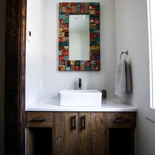 Неиссякаемый источник вдохновения для домашнего уюта: маленький туалет в стиле кантри с плоскими фасадами, темными деревянными фасадами, белыми стенами, полом из керамогранита, настольной раковиной и столешницей из ламината
