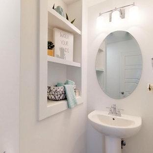 ルイビルの小さいトラディショナルスタイルのおしゃれなトイレ・洗面所 (一体型トイレ、グレーの壁、リノリウムの床、ペデスタルシンク、グレーの床) の写真