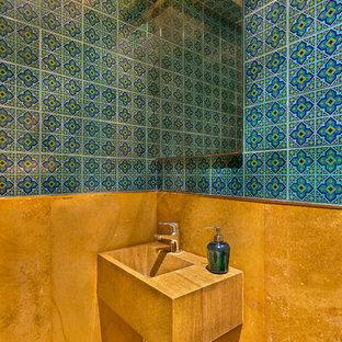 ムンバイのアジアンスタイルのおしゃれなトイレ・洗面所 (オレンジの洗面カウンター) の写真