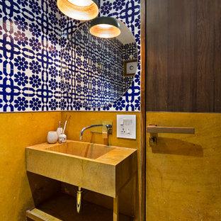 Inspiration för små moderna toaletter, med öppna hyllor, flerfärgade väggar, ett integrerad handfat och gult golv