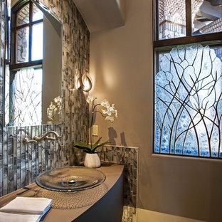 Стильный дизайн: большой туалет с фасадами островного типа, серыми фасадами, раздельным унитазом, серой плиткой, стеклянной плиткой, серыми стенами, паркетным полом среднего тона, настольной раковиной, столешницей из ламината, коричневым полом и серой столешницей - последний тренд