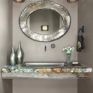 Идея дизайна: туалет среднего размера в современном стиле с открытыми фасадами, унитазом-моноблоком, бежевыми стенами, темным паркетным полом, накладной раковиной, столешницей из гранита, коричневым полом и зеленой столешницей