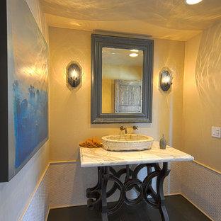 Свежая идея для дизайна: большой туалет в средиземноморском стиле с фасадами островного типа, серой плиткой, белой плиткой, керамогранитной плиткой, желтыми стенами, деревянным полом, настольной раковиной, мраморной столешницей, бежевой столешницей и коричневым полом - отличное фото интерьера