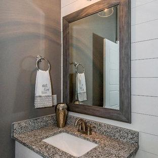 Aménagement d'un petit WC et toilettes campagne avec un placard à porte shaker, des portes de placard blanches, un WC séparé, un carrelage gris, un mur gris, sol en stratifié, un lavabo encastré, un plan de toilette en granite et un sol multicolore.
