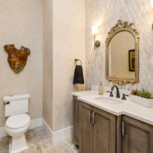 Idee per un bagno di servizio country di medie dimensioni con ante con riquadro incassato, ante bianche, WC a due pezzi, piastrelle bianche, piastrelle a mosaico, pareti bianche, pavimento con piastrelle in ceramica, lavabo sottopiano, top in quarzo composito, pavimento multicolore e top grigio