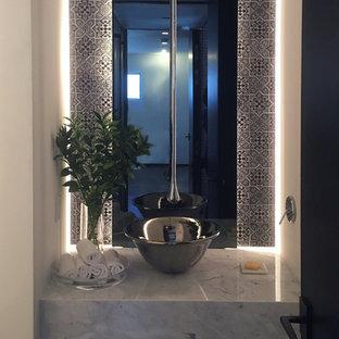 На фото: класса люкс маленькие туалеты в стиле лофт с инсталляцией, черной плиткой, плиткой мозаикой, бетонным полом, настольной раковиной, мраморной столешницей и серым полом