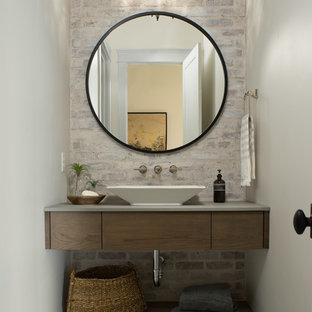 На фото: туалет в морском стиле с открытыми фасадами, настольной раковиной и разноцветным полом с