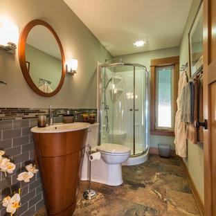 На фото: маленький туалет в стиле рустика с фасадами островного типа, фасадами цвета дерева среднего тона, унитазом-моноблоком, серой плиткой, стеклянной плиткой, зелеными стенами, полом из сланца и раковиной с пьедесталом